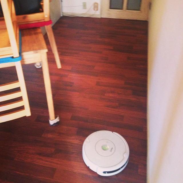 ルンバくん、今日もよろしく。頑張ルンバ!  #ルンバ #掃除  #家事 #インテリア #ロボット掃除機 #勝手にやってくれる #ルンバ最高