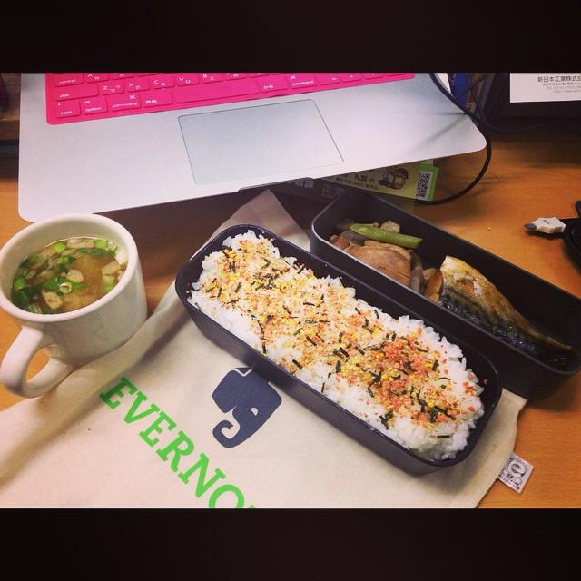 今日の朝ごはんがそのまま今日の昼ごはん。Evernote Days Tokyoでもらったエコバックが弁当の袋にちょうどいい。  #パパ弁当
